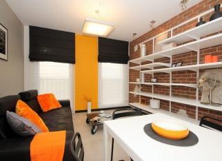 Pomarańczowa ściana w salonie