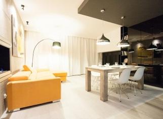 420 odcinek - pomarańczowa sofa w salonie
