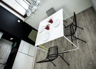 Jadalnia - żółte krzesło