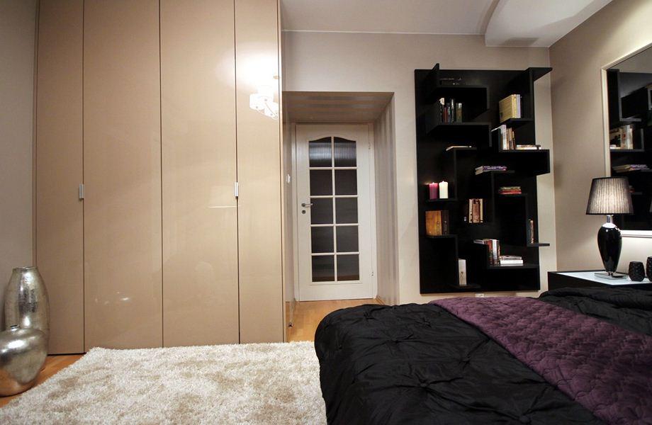Szukasz pomysłu na wyeksponowanie swoszich książek? Oto nasz pomysł na regał na książki w sypialni.