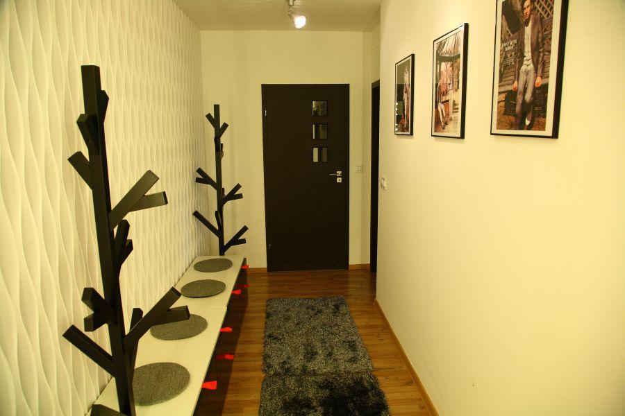 Wąski korytarz w domu? Zobacz, jak urządzić nowoczesny przedpokój.