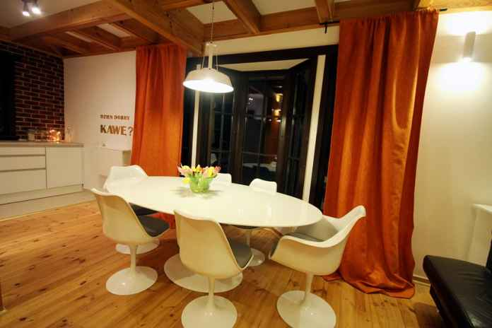 Pomarańcz we wnętrzu można uspokoić za pomocą bieli. Zobacz naszą aranżację.