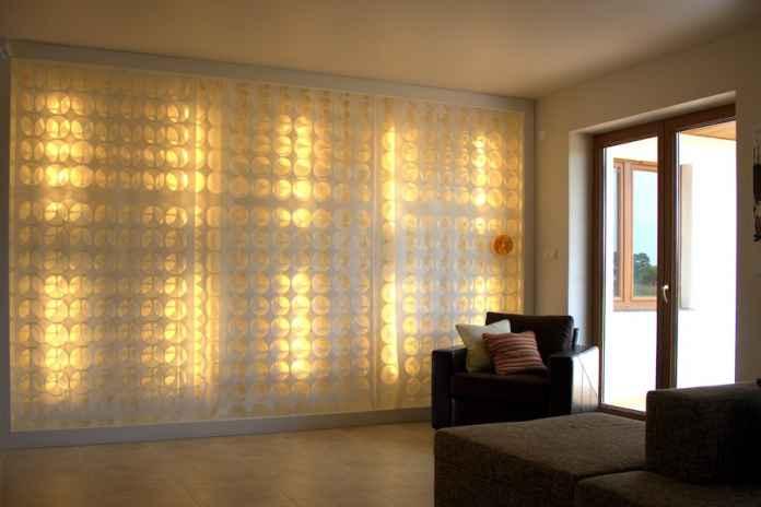 Zobacz, jak powstało to designerskie oświetlelnie salonu - czyli świecąca ściana.
