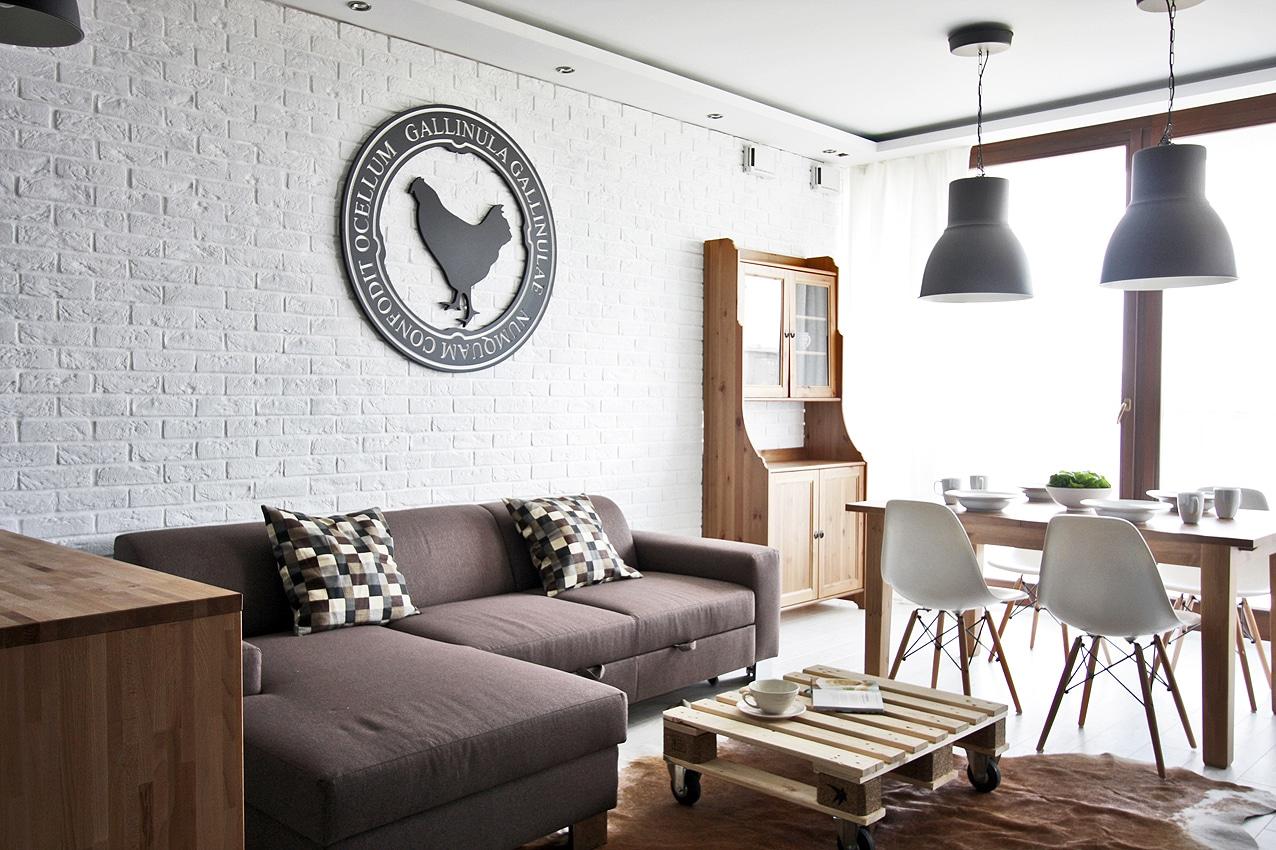 Czy wiesz że czarno-białe wnętrza można ocieplić za pomocą drewna? Zajrzyj do naszej galerii.