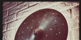 Obejrzyj nasze wideo, na którym prezentujemy jak zrobiić lampę z talerza od perkusji.