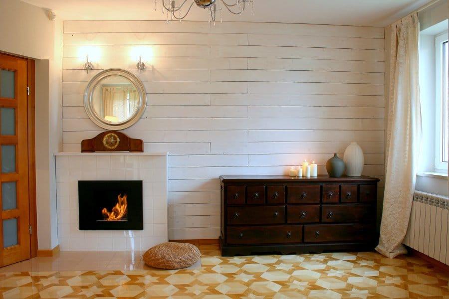 Pokazujemy, jak urządzić salon w stylu eko i zrobić ścianę z bialej boazerii.