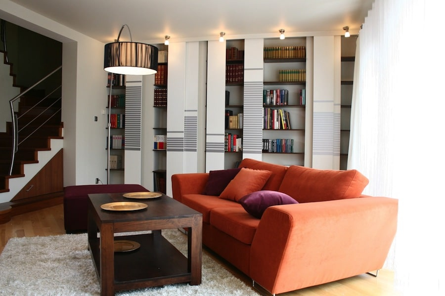 Marzy ci się biblioteka w salonie, ale boisz się o swój księgozbiór? Zobacz jak schować ksiązki przed słońcem i kurzem.