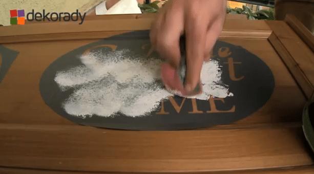 chczesz wiedzieć, jak zrobić napis na dowolnym meblu, dodatku czy ścianie? Zobacz wideo!