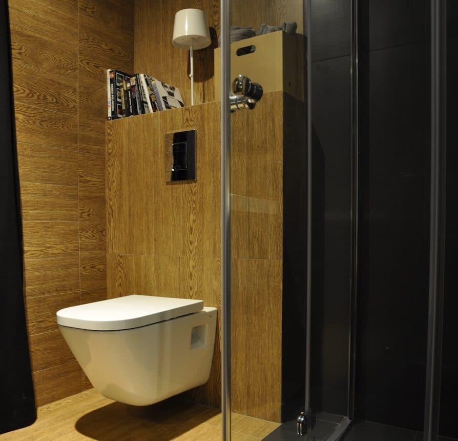 Zobacz, jak nowocześnie i przytulnie urządzić łazienkę w drewnie. Oto nasza aranżacja łazienki.