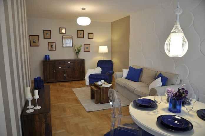 Podoba ci się kobalt we wnętrzu? Zobacz jak urządzić niebieski salon z klasycznymi meblami.