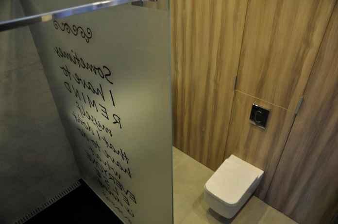 Zobacz, jak w małej łazience połączyć drewno, szkło i kamień.