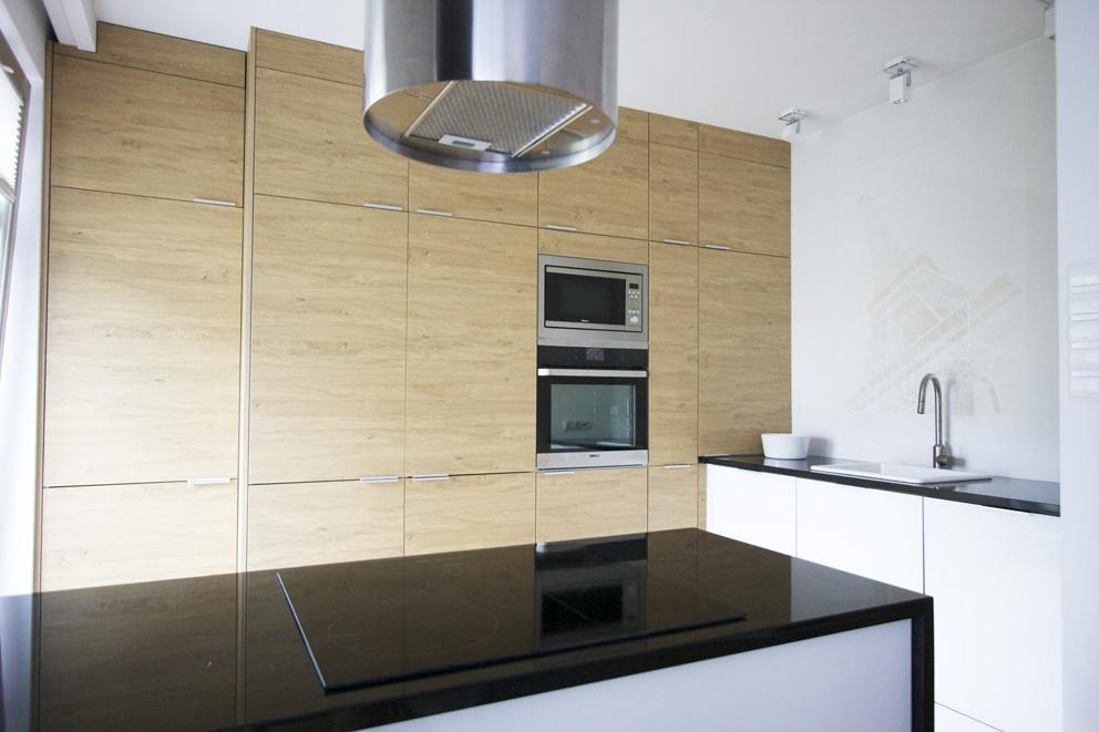 Zobacz, jak zaaranżować kuchnię ze srebrnym sprzętem agd.