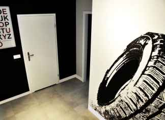 Czarny kolor ściany nie taki straszny jak go malują. Zajrzyj do naszej galerii.