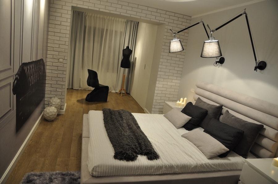Urządzamy klasyczną sypialnię z garderobą. Zobacz, jak wprowadzić do wnętrza odważne dodatki.