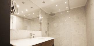Zobacz, jak urządziliśmy nowoczesną łazienkę z rustykalnym akcentem. Zajrzyj do galerii.