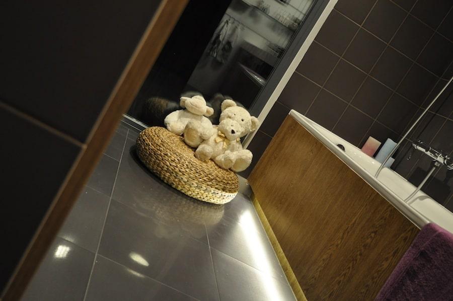 Płytki imitujące drewno będą idealne do salonu, pokoju a nawet łazienki i kuchni.