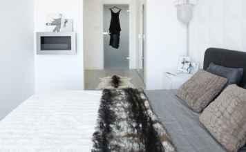Szukasz pomysłu na kolory do sypialni? Zobacz naszą biało-szarą sypialnię i zainspiruj się.