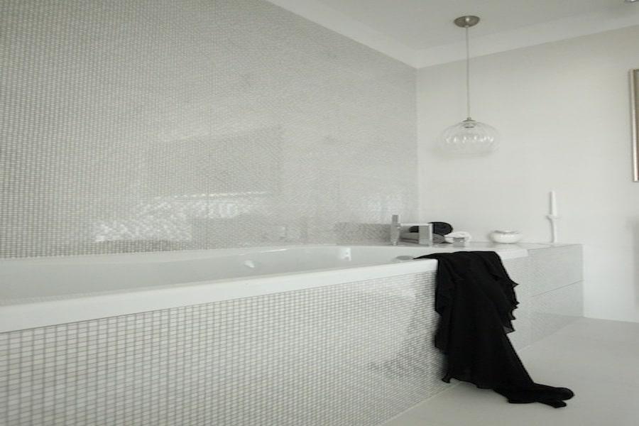 Marzy ci się łazienka w bieli? Zobacz jak ją urządzić!