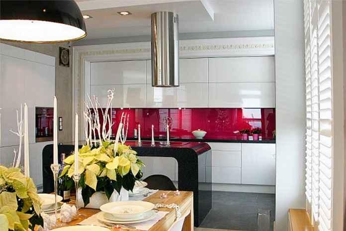 Kolorowe szkło w kuchni to pomysł dla odważnych. Dlaczego? Zobacz sam!