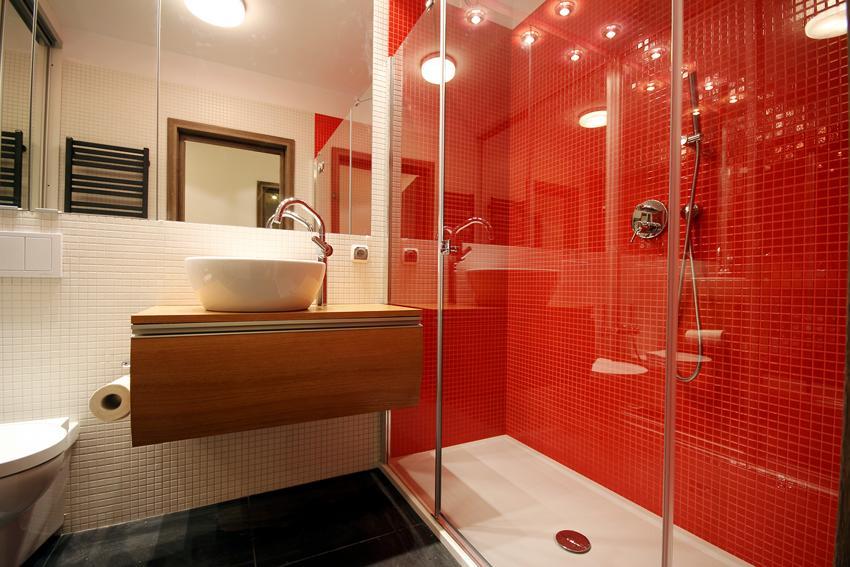 Marzy ci się prysznic bez brodzika? Zobacz, jak zaaranżować łazienkę z kabiną bez brodzika.