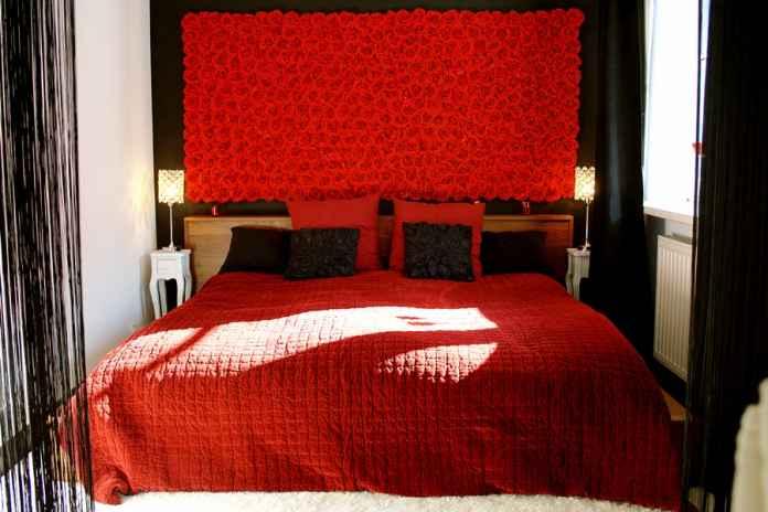 Romantyczna sypialnia w stylu glamour: czyli czerń i czerwień w nowoczesnej sypialni.