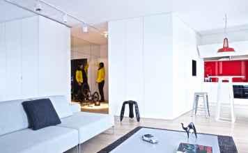 Odrobina koloru i drewno doskonale ocieplą minimalistyczne wnętrza.