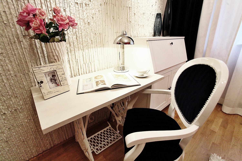 Domowe biuro to niekoniecznie oddzielny, odpowiednio zaaranżowany pokój. Oto pomysł, jak wydzielić niewielką przestrzeń.
