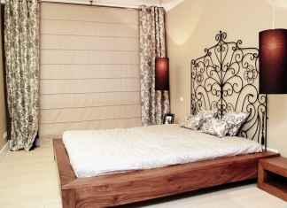 Sypialnia w drewnie, brązie i bezu, czyli aranżacja sypialni sprzyjającej wypoczynkowi.