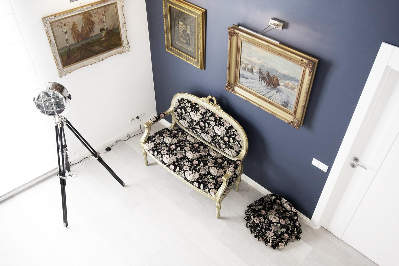 Kolorowa sofa to doskonały mebel do każdego salonu.