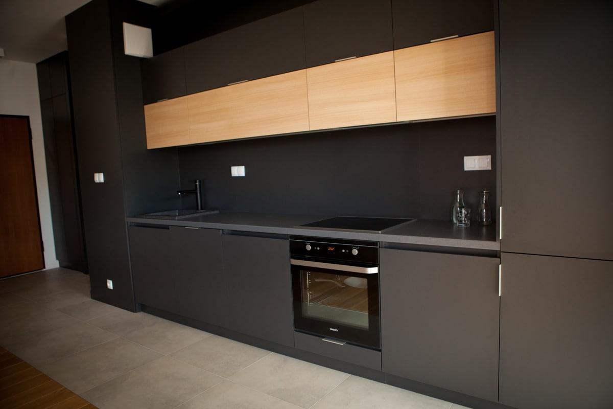 Czarne fronty w kuchni to odważne rozwiązanie. Zobacz jak rozjaśnić ciemne meble w kuchni,
