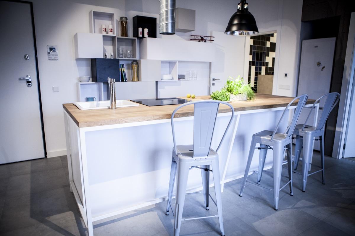 Marzy ci się wyspa kuchenna? Zobacz, jak wygospodarować na nią miejsce w dużej i małej kuchni.