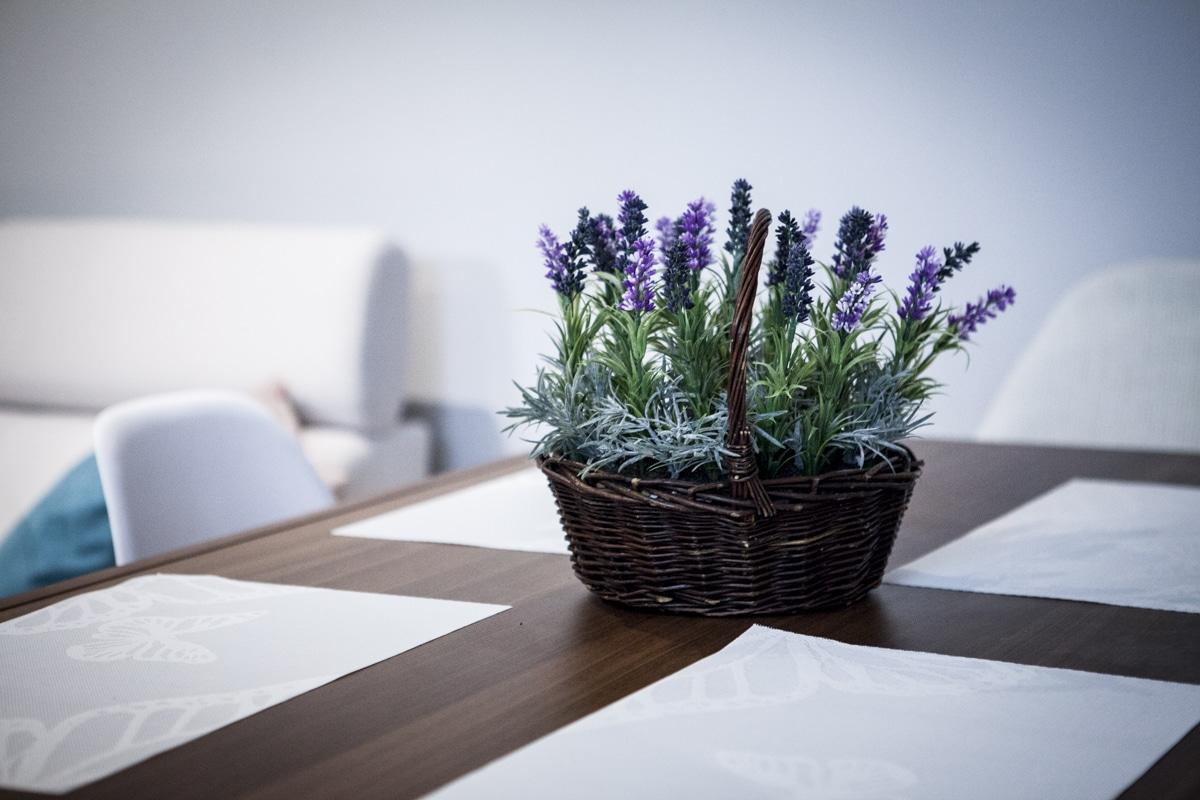 Świeże kwiaty na stole wprowadzą do aranżacji wnętrza wiosenny klimat.