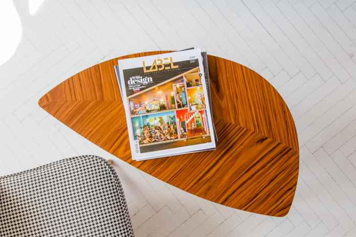 Stara drewniana podłoga nie wyglada zbyt estetycznie? Zobacz, jak ją odnowić i pomalować.