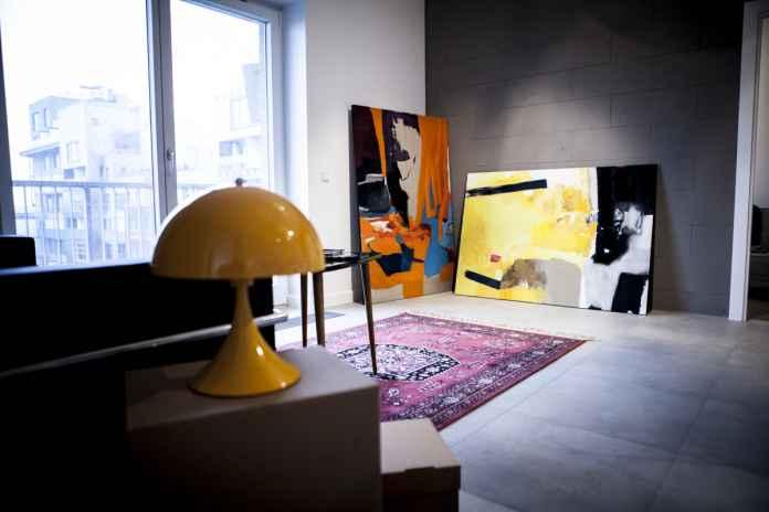 Obrazy do salonu niekoniecznie musza być drogie, sprawdź, jak własnoręcznie wykonać obraz-abstrakcję.
