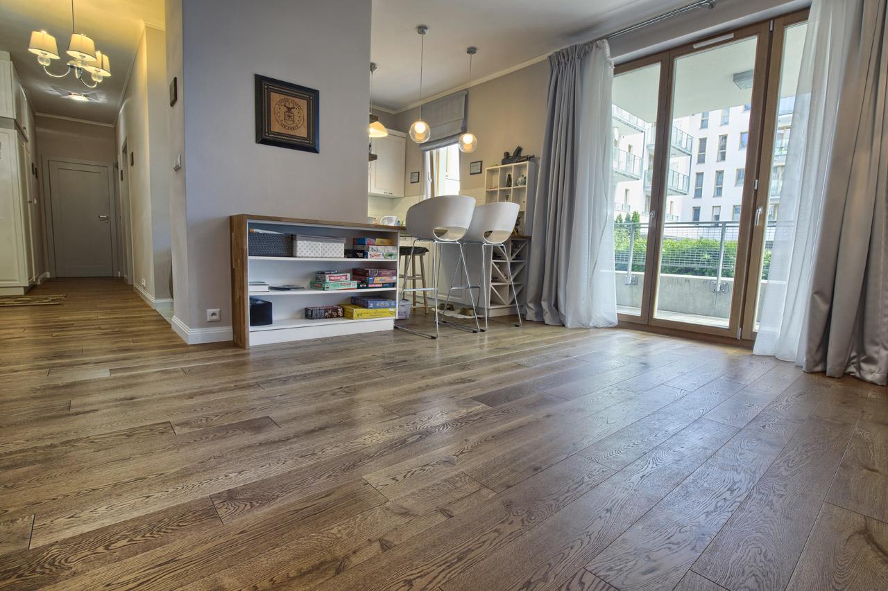 Drewno na podłodze poinno być olejowane czy lakierowane? Radzimy, jaką podłogę wybrać.