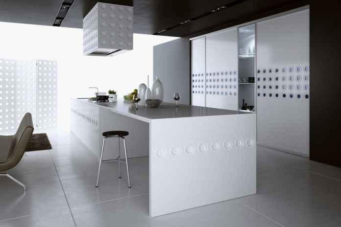 Zobacz, jak zorganizować miejsce by zmieściła się spiżarnia w małej kuchni.