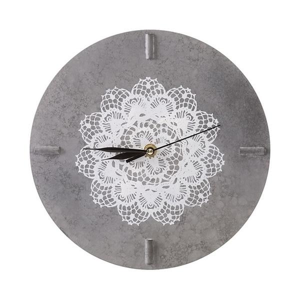 Zegar z koronką doskonale ociepli każde loftowe wnętrze. Wiemy, gdzie kupić ten element dekoracyjny.