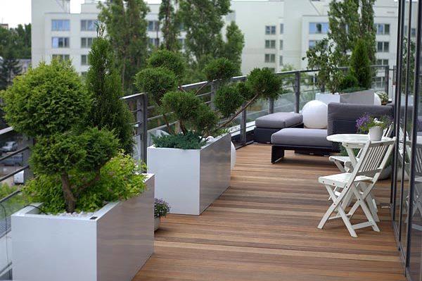 Chcesz urządzić sobie salon pod chmurką? Zobacz jaki taras drewniany wybrać i jak o niego dbać.