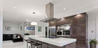 Udekoruj swój salon z aneksem kuchennym za pomocą niewielkich dodatków.
