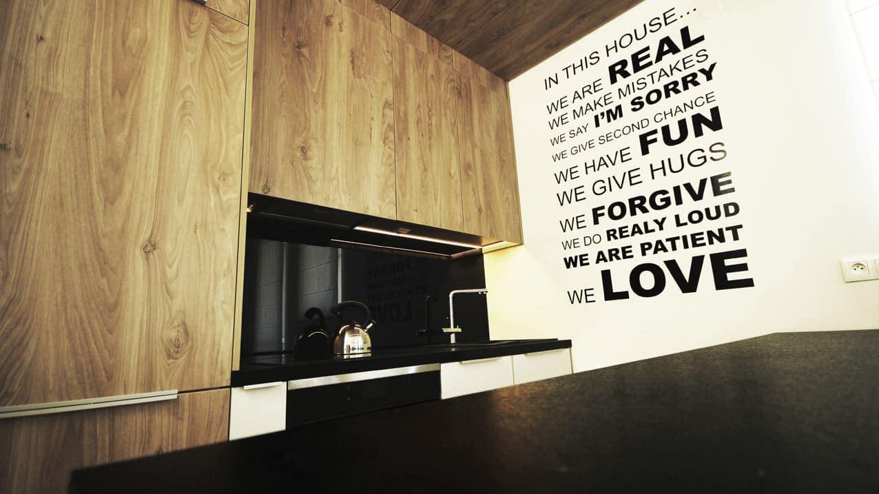 Nowoczesna, minimalistyczna kuchnia w drewnie. Zobacz, jak ją urządzić!