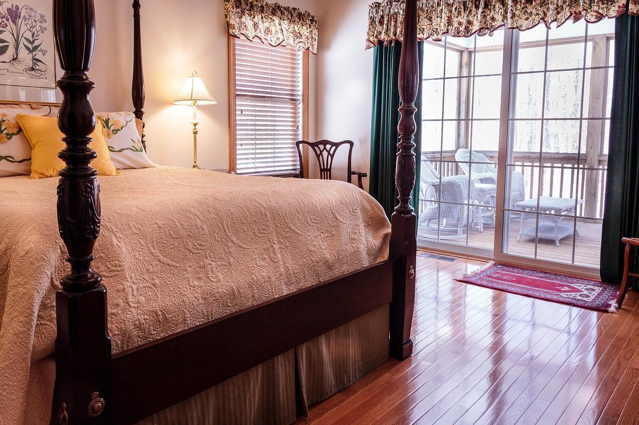 Sypialnia w stylu francuskim to głównie klasyczne meble i motywy kwiatowe. Sprawdź co jeszcze.