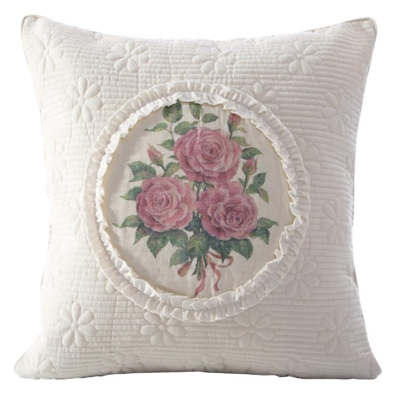 Piękne tekstylia z motywami kwiatowymi, idealne do stylu prowansalskiego.