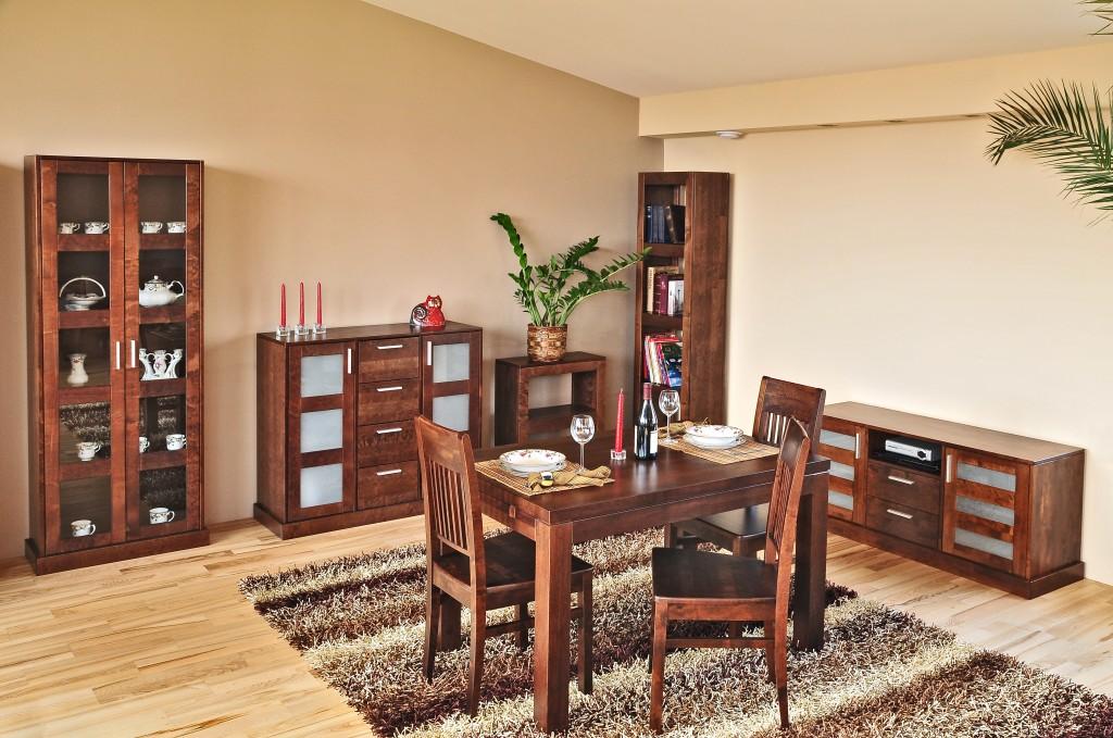 Meble z drewna doskonale sprawdzą się w każdym pomieszczeniu. Również w salonie.