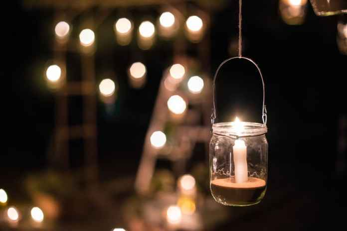 Zobacz, jak w prosty i niedrogi sposób wykonać lampiony ogrodowe.