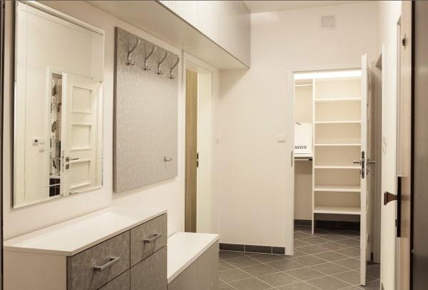 Szafki, szafy i półki w przedpokoju pomogą uporządkować przestrzeń.