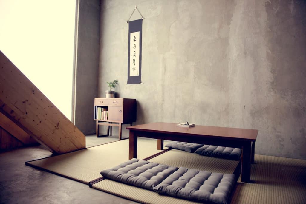 Japoński stolik do herbaty, poduszki
