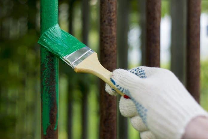 Farba przeciw rdzy na ogrodzenie