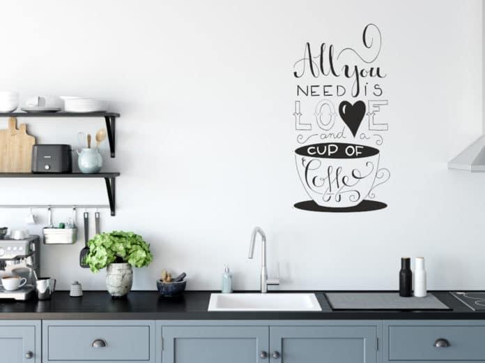 Naklejane napisy na ścianach