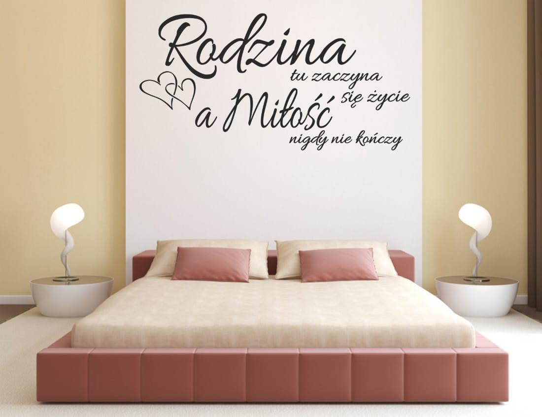 Naklejony napis na ścianie w sypialni