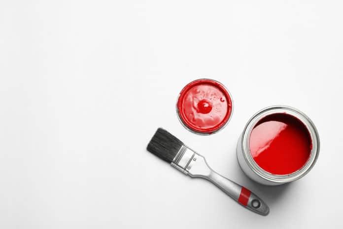 Czerwona farba i pędzel na podłodze w kuchni
